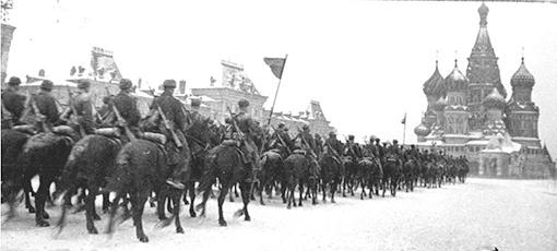 Конница идет парадом на фронт через Красную Площадь (7ноября 1941г)