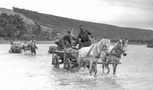 Обоз пехотного полка (1941г). Обоз 308-го пехотного полка форсирует Днестр. Повозки буксируют легкие 75-мм пехотные орудия 7,5 cm leichtes