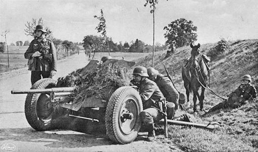 Расчет 37мм пушки на позиции у дороги. Мобильно перемещались на конной тяге.