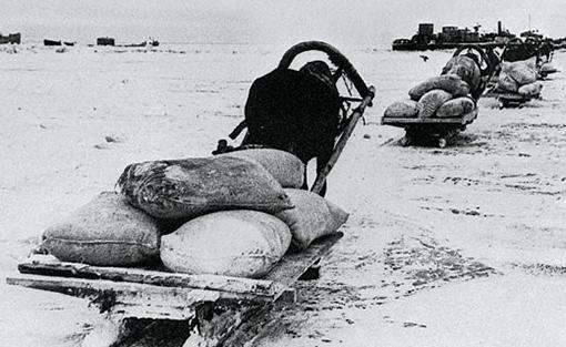 Первый обоз через Ладожское озеро в блокированный Ленинград