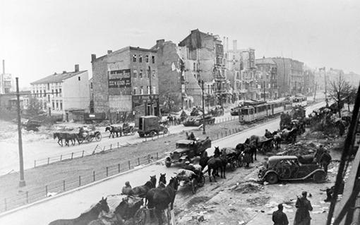 Берлин. Советские конные обозы(1945)