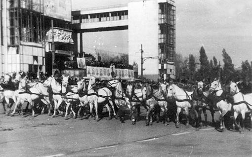 Ростов парад победы 1945г. Театральная площадь, тачанки.